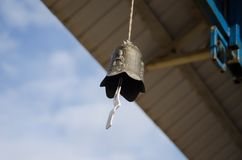 Campana budista debajo del tejado del templo Foto de archivo libre de regalías