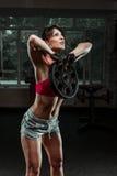 Campana d'oscillazione del bollitore della donna di forma fisica alla palestra Fotografia Stock
