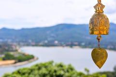 Campana de bronce en un templo budista en Tailandia Fotografía de archivo