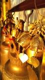 Campana de cobre amarillo budista en templo tailandés Imagen de archivo
