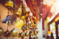Campana de cobre amarillo en el templo de Tailandia Imagen de archivo libre de regalías