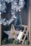Campana de cristal de oro de la decoración de la Navidad, trineo, estrella y árbol en a foto de archivo libre de regalías