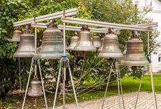 Campana de iglesia vieja yaroslavl Federación Rusa Bell establecida en los argumentos del monasterio para el estudio por los turi fotos de archivo libres de regalías