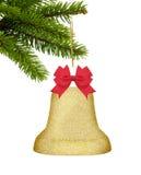 Campana de la decoración de la Navidad del oro con el arco rojo en el árbol verde aislado encendido Foto de archivo