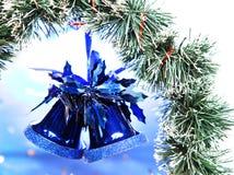 Campana de la mano del Año Nuevo en un fondo azul Fotos de archivo libres de regalías