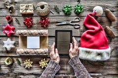 Campana de la Navidad, decoraciones de la Navidad Preparando un regalo del ` s del Año Nuevo en casa Imágenes de archivo libres de regalías