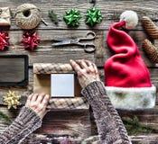 Campana de la Navidad, decoraciones de la Navidad Preparando un regalo del ` s del Año Nuevo en casa Fotos de archivo libres de regalías