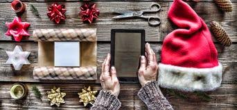 Campana de la Navidad, decoraciones de la Navidad Preparando un regalo del ` s del Año Nuevo en casa Fotografía de archivo libre de regalías