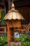 Campana de mano de Yunnan Dali Dragon delante de la residencia de la ciudad Fotografía de archivo