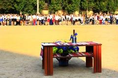 Campana de mano festiva en la tabla en el día de fiesta de la primera campana Foto de archivo