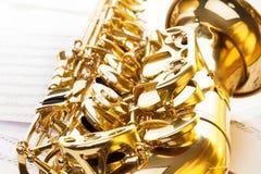 Campana de oro brillante y llaves del saxofón del alto Imágenes de archivo libres de regalías