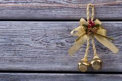 Campana de oro con los conos del pino Fotografía de archivo