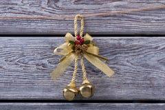 Campana de oro con los conos del pino La Navidad Bell Imágenes de archivo libres de regalías