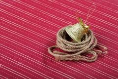 Campana de oro en un fondo rojo Imagen de archivo