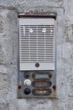 Campana de puerta oxidada en la pared imagen de archivo libre de regalías