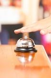Campana del hotel en el mostrador de recepción imagen de archivo libre de regalías