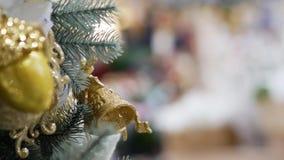 Campana del juguete en el árbol de navidad almacen de video