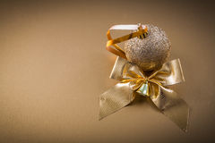 Campana dell'arco della bagattella di Natale su fondo dorato Fotografia Stock Libera da Diritti