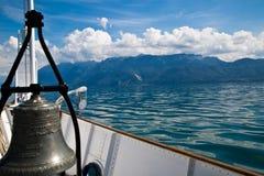 Campana della barca ed alpi francesi Fotografie Stock Libere da Diritti