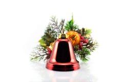 Campana di Natale su un fondo dei rami degli alberi di Natale con i giocattoli ed i regali Immagine Stock Libera da Diritti