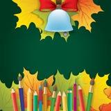 Campana di scuola su fondo verde con le foglie di autunno Fotografia Stock Libera da Diritti
