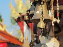 Campana dorata in tempio buddista Fotografia Stock