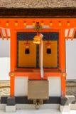 Campana giapponese del tempio e la scatola di donazione davanti all'altare Immagini Stock Libere da Diritti