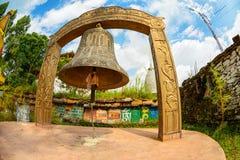 Campana gigante al monastero di Tashiding nel Sikkim, India immagine stock libera da diritti