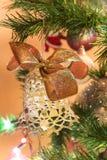 Campana hecha a mano hermosa con el arco en el árbol de navidad fotos de archivo
