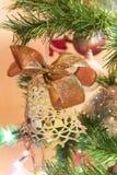 Campana hecha a mano hermosa con el arco en el árbol de navidad fotografía de archivo libre de regalías