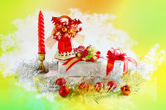 Campana hermosa en la caja de regalo con rojo y oro de la corbata de lazo Imágenes de archivo libres de regalías