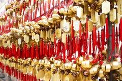 Campana santa en la pared para el respecto que ruega en Wong Tai Sin Temple en Hong Kong, China fotografía de archivo
