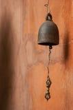 Campana tailandese sulla parete arancio Immagini Stock