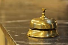 Campana vieja del hotel en un soporte de mármol Fotos de archivo libres de regalías