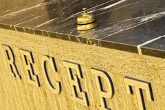 Campana vieja del hotel en un soporte de mármol Foto de archivo