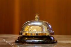 Campana vieja del hotel en un soporte de mármol Foto de archivo libre de regalías