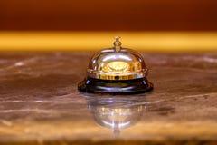 Campana vieja del hotel en un soporte de mármol Imagen de archivo