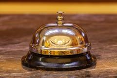Campana vieja del hotel en un soporte de mármol Fotografía de archivo libre de regalías