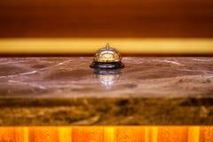 Campana vieja del hotel en un soporte de mármol Fotografía de archivo
