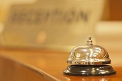 Campana vieja del hotel en un soporte de madera Fotografía de archivo libre de regalías