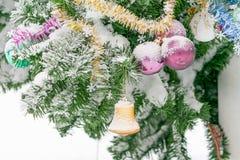 Campana y bolas del primer de las decoraciones de la Navidad Imágenes de archivo libres de regalías