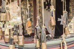 Campanaccii del legname, del metallo e dell'ottone che appendono in una stalla medievale Immagini Stock