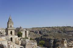 Campanario antiguo que hace frente al paisaje de Matera, Italia Imagen de archivo libre de regalías