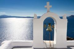 Campanario blanco en Oia Foto de archivo