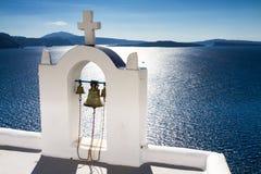 Campanario blanco sobre el mar Mediterráneo Fotos de archivo