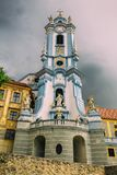 Campanario de Abbey Church azul a lo largo de los bancos del Danub Foto de archivo libre de regalías