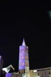 Campanario de la catedral de Anastasia en Zadar por noche Fotografía de archivo