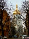 Campanario de la catedral del ` s del St Sophia, visión desde la calle de Sofiyivska Kyiv, Ucrania foto de archivo