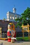 Campanario de la catedral del St Sophia con matrioshka ruso grande de la muñeca en el primero plano en Veliky Novgorod, Rusia Fotos de archivo