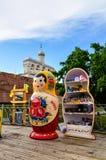 Campanario de la catedral del St Sophia con matrioshka ruso grande de la muñeca en el primero plano en Veliky Novgorod, Rusia Foto de archivo libre de regalías